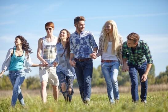 笑顔で草原を歩く6名