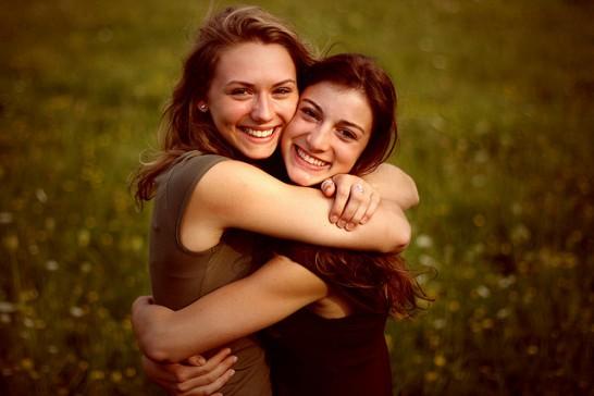 笑顔で抱きあう女性