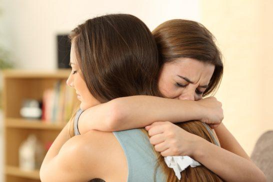 抱き合う親友