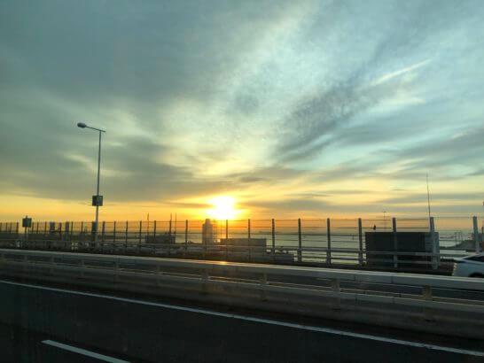 横浜から羽田空港に向かう車窓からの景色