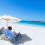 宮古島の海とビーチパラソル