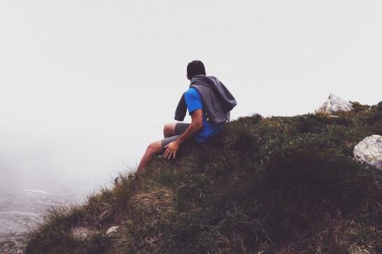 山腹で座る男性
