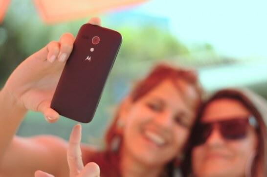 スマートフォンで写真撮影する女性