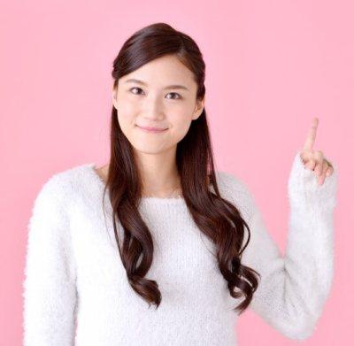 No.1の形に指を立てる女性