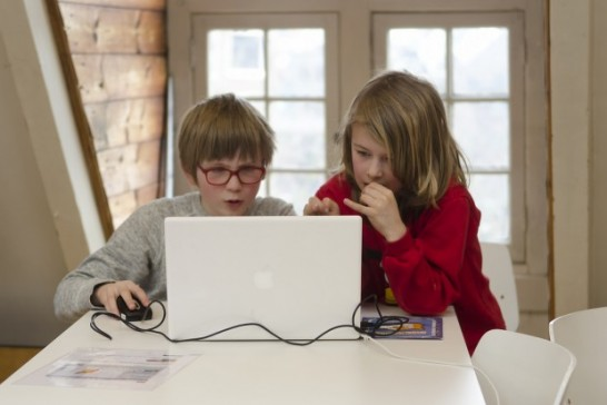 パソコンを見る子供達