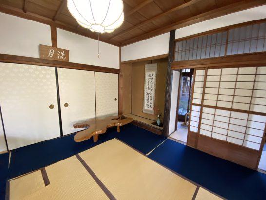 アメックス京都特別観光ラウンジの奥側の部屋のテーブル・掛軸・花など