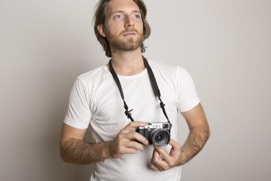 カメラを持って考える外国人