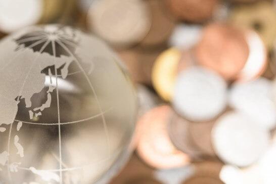 地球と小銭のイメージ