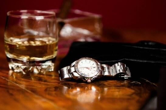 テーブルに置かれた腕時計