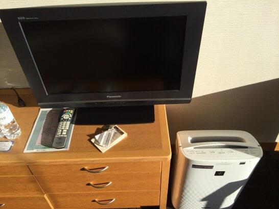 鎌倉プリンスホテルの客室のテレビと空気洗浄機