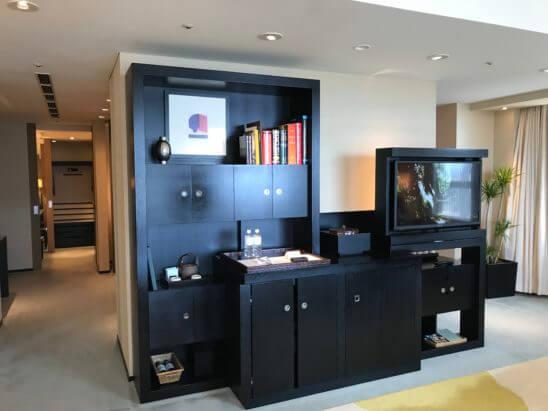 パークハイアット東京のスイートルームのテレビ・キッチンデスク