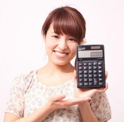 計算機の結果を見せる女性