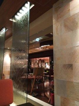 ヒルトン東京ベイのレストランの水のオブジェ