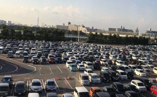 東京ディズニーランドの混雑する駐車場