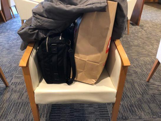 イオンラウンジの椅子においた荷物