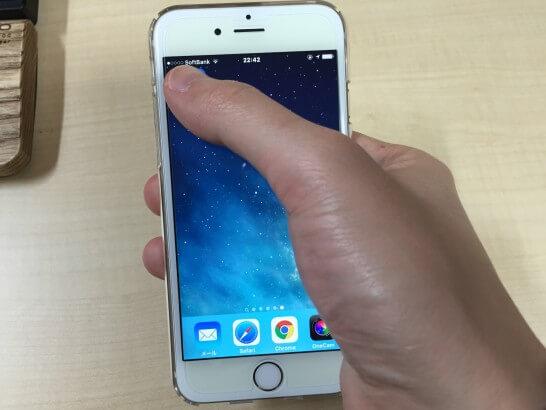 iPhone 6sの画面左上に手を伸ばしたところ