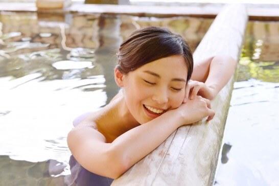 リゾートの露天風呂でリラックスする女性