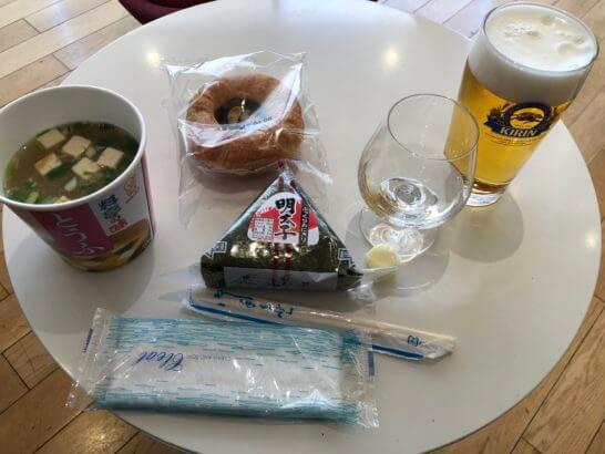 成田空港国際線のKAL Business Class Loungeのおにぎり・味噌汁・パン・ビール等