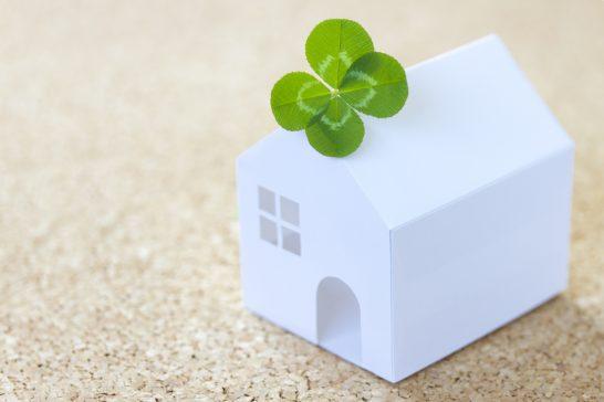 四つ葉のクローバーと家の模型