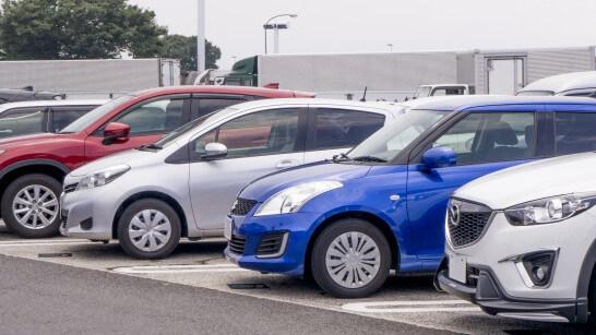 駐車場に並ぶ車