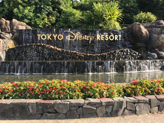 東京ディズニーリゾートの看板と滝