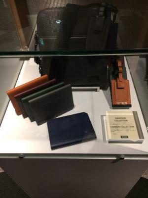 ダイナースクラブ銀座ラウンジの展示物(TUMIのバッグ・お財布)