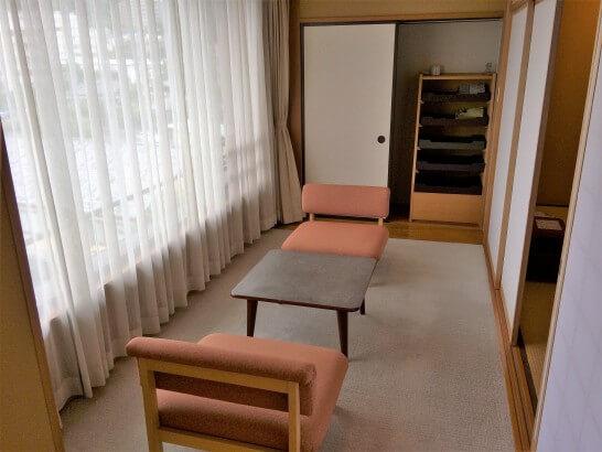 界伊東の「次の間付客室」 のソファスペース
