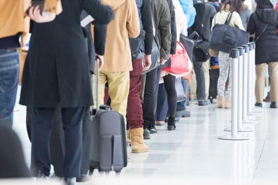 空港で搭乗を待つ客の行列