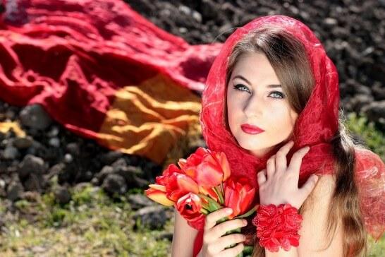 赤いチューリップを持った女性