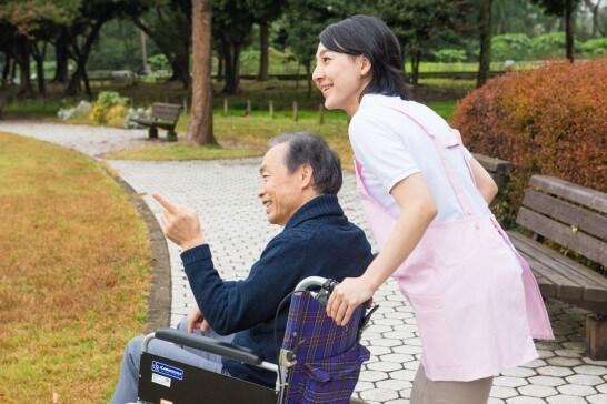 介護士と車椅子の男性