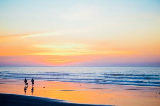 海外のリゾートビーチの夕焼け