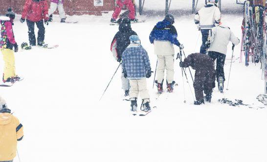 スキー・スノボードのプレーヤーで混雑するゲレンデ