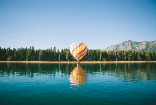 海外リゾートの湖と気球