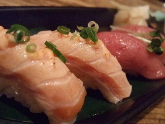 サーモンとマグロの寿司