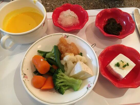 ロイヤルパークホテルの朝食 (煮野菜・冷奴・スープ)