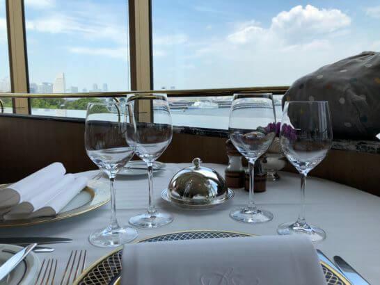 ホテルニューグランドのル・ノルマンディのテーブル