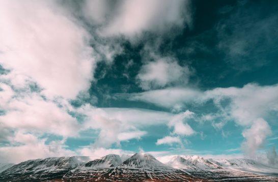 海外リゾートの山と青空