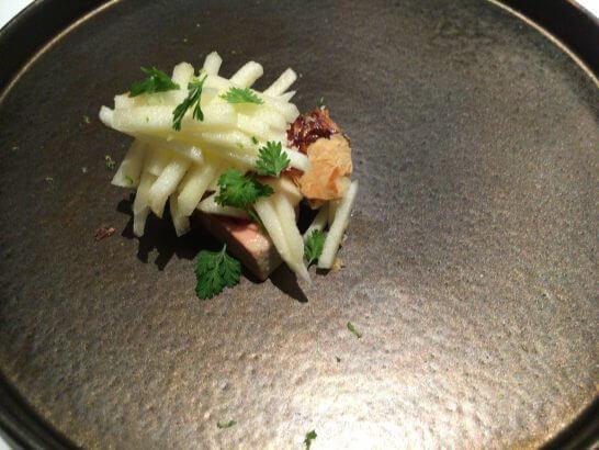 高級レストランの鮭料理