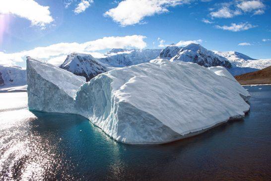 海外リゾートの氷雪と湖