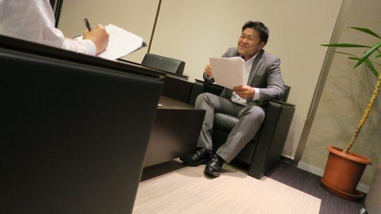 微笑む岡三オンライン証券の田村篤史さん