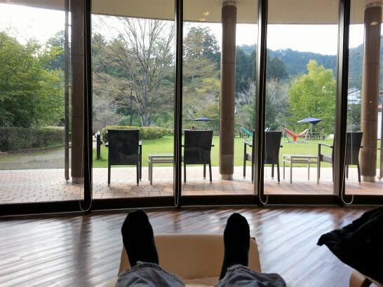 休暇村奥武蔵のロビー窓際で寝そべったところ
