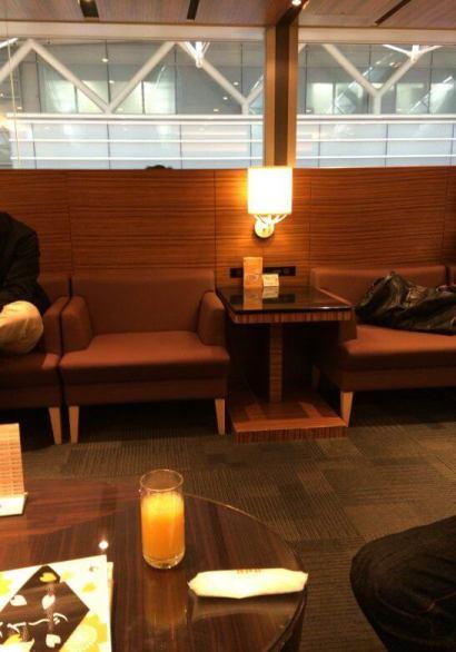 羽田空港のエアポートラウンジ(3階)の席2