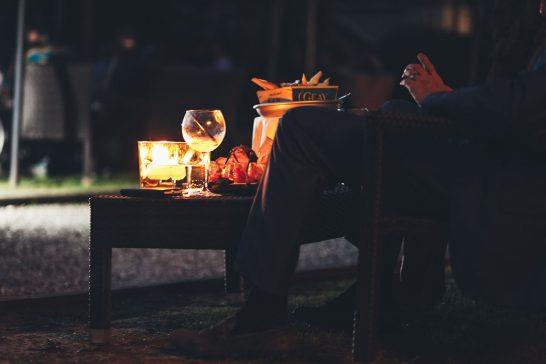 野外で食事を楽しむ男性