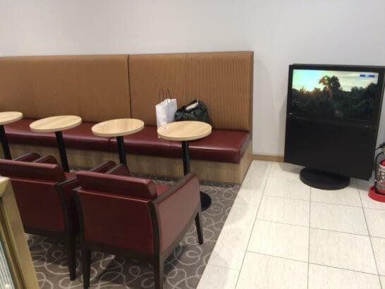 関西国際空港のラウンジ「比叡」の席とテレビ