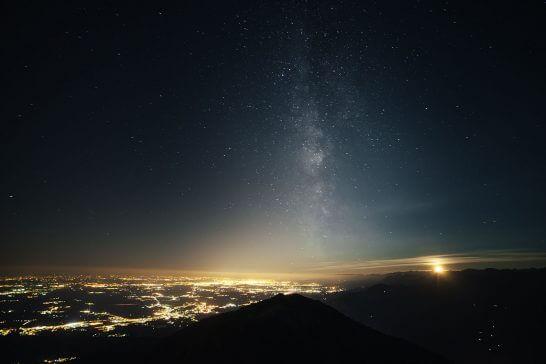 海外リゾートの星空と夜景