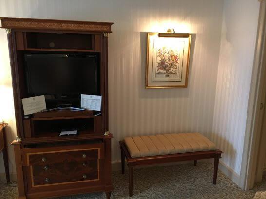 リーガロイヤルホテル東京の荷物置き・テレビ