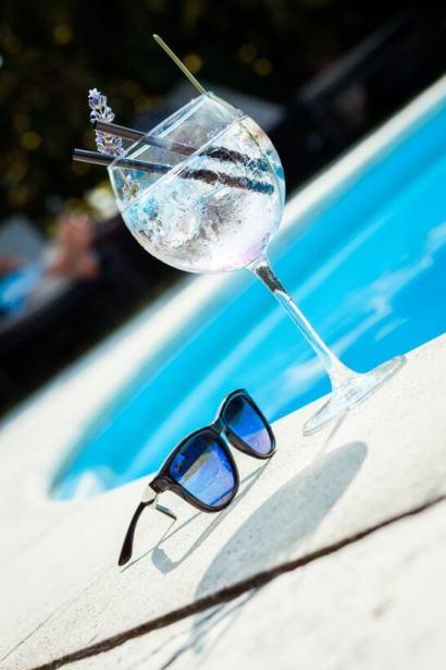 プールサイドのグラスとサングラス
