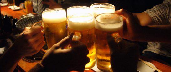 居酒屋でビールで乾杯