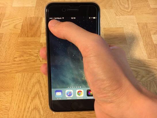 iPhone 7の画面左上に手を伸ばしたところ