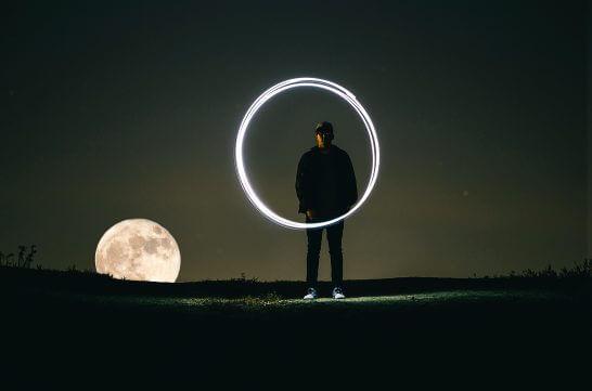 満月と光の輪と男性